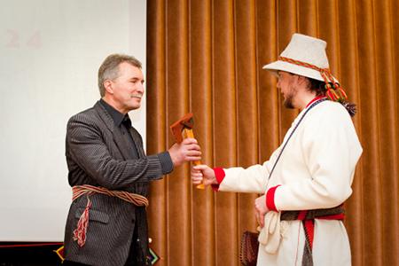 Virolaiset palkitsivat pyhien paikkojen suojelijoita