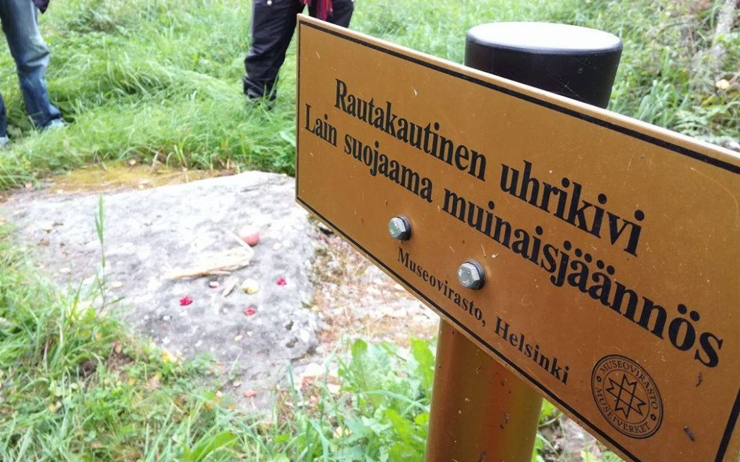 Suunnittele ulkoasu Suomen ensimmäiselle pyhän luonnonpaikan kyltille
