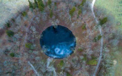 Hiisien kuvakilpailun voittokuvassa kimaltelee sininen järvensilmä