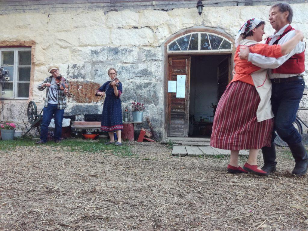 Soittoa ja tanssia. Kuva: Maija L.