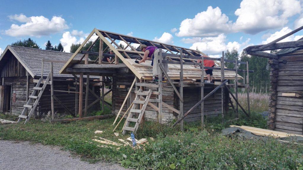 Pärekattoa valmistui talkoolaisten toimesta nopeaan tahtiin.