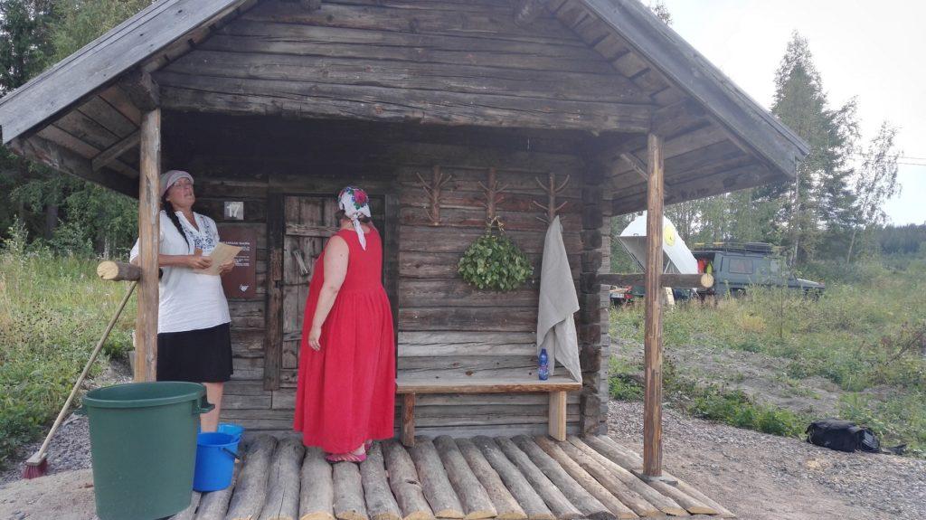 Taivaannaulan runolaulajat vihivät käyttöön kunnostetun Rasinkankaan saunan.