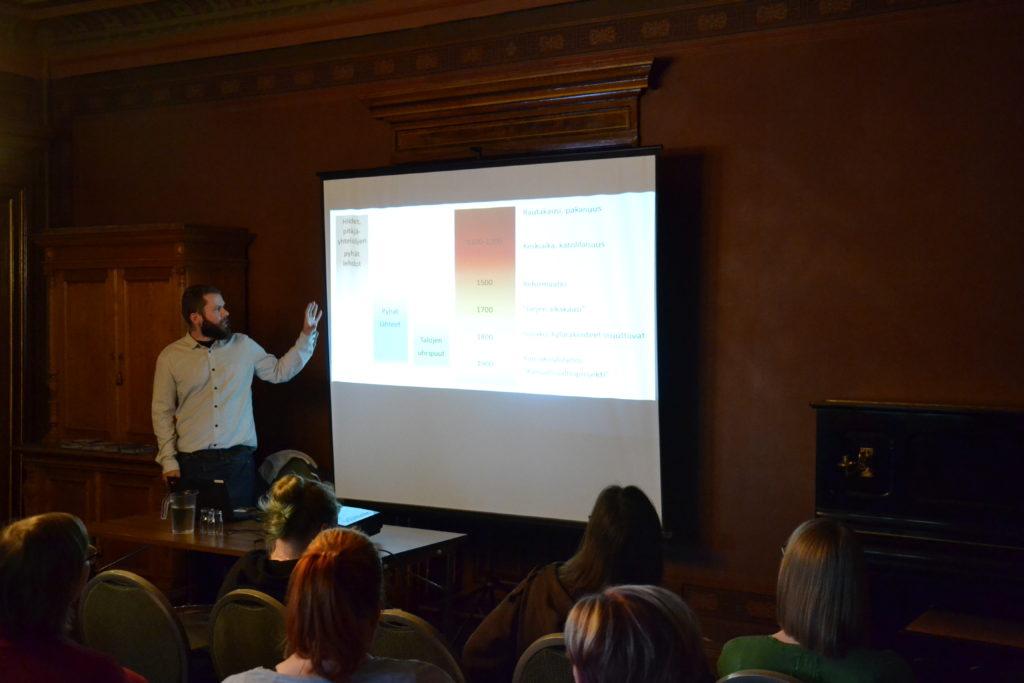 John Björkman esittelemässä suhtautumista pyhiin luonnonpaikkoihin eri aikakausina.