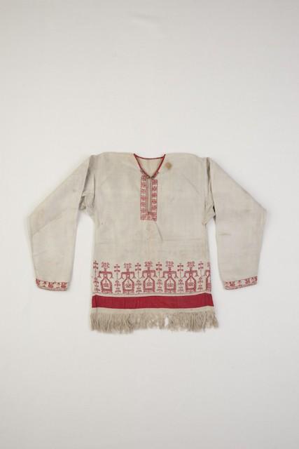Vatjalaisnaisen pukuun kuului 1900-luvun alkupuolella helmastaan kirjontakoristeinen tunika. Suomen kansallismuseo
