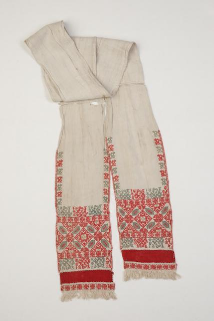 Vyötärölle sidottiin ja nahkavyöhän pujotettiin erilaisia liinoja, joiden päät koristeltiin punaisella etupistokirjonnalla. Suomen kansallismuseo.