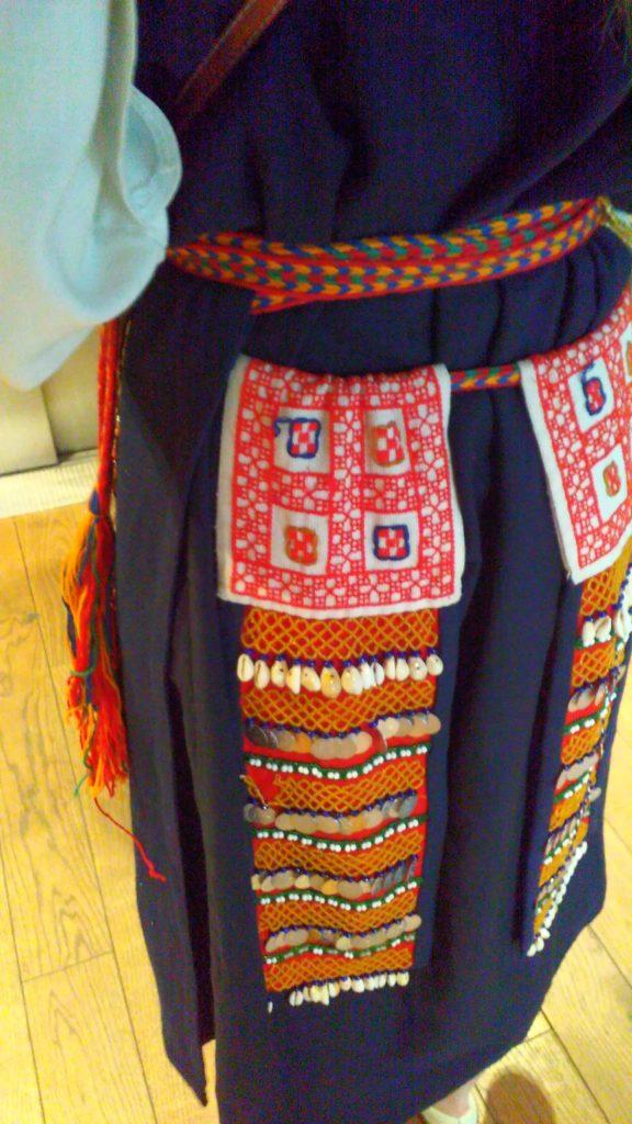 Vyönkoristeet kaatterit kuuluvat uusittuun vatjalaispukuun. Kuva Ildikó Lehtinen 2016.