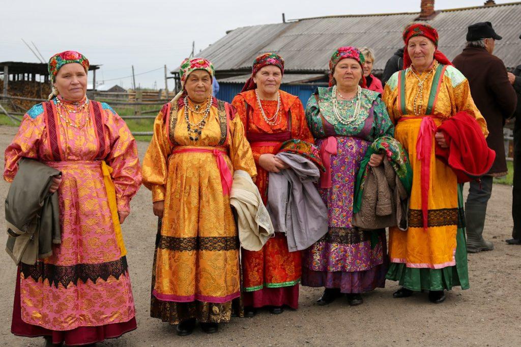 Silkkiin ja samettiin pukeutuneita komilaisia Ižmajoelta. Kansallispukuja pidetään yhä juhlapäivinä. Kuvakaappaus www.wlooks.ru/nacionalnye-kostyumy/komi