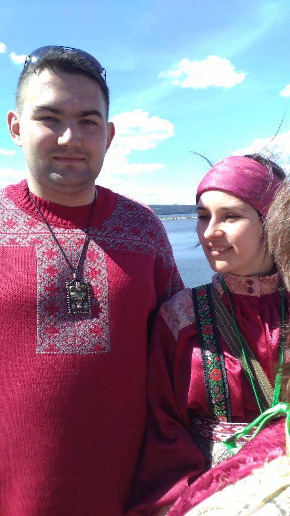 Komilaisia suomalais-ugrilaisessa maailmankongressissa Lahdessa kesällä 2016. Miehen neulepusero on perinteisen mallin mukaan tehty. Kuva Ildikó Lehtinen.