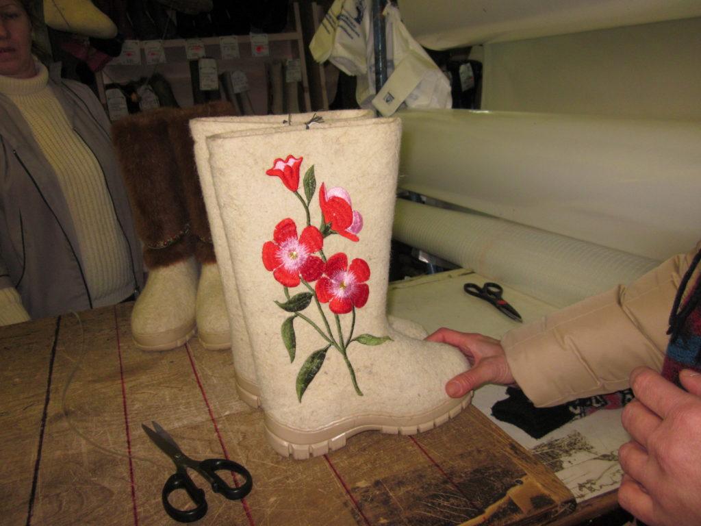 Kukkakuvioin koristellut huovikkaat Sykstyvkarin kauppahallissa kevättalvella 2008. Kuva Ildikó Lehtinen.