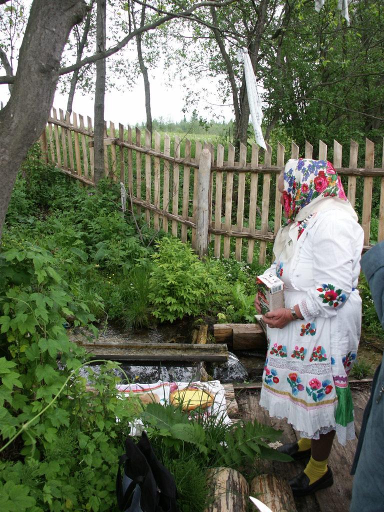 Marilainen nainen joškar-olalaisessa kansallispuvussa, johon kuuluu laakapistoin ommeltu mekko ja esiliina. Marin tasavalta, Morki, Untšo 2002. Kuva Ildikó Lehtinen.