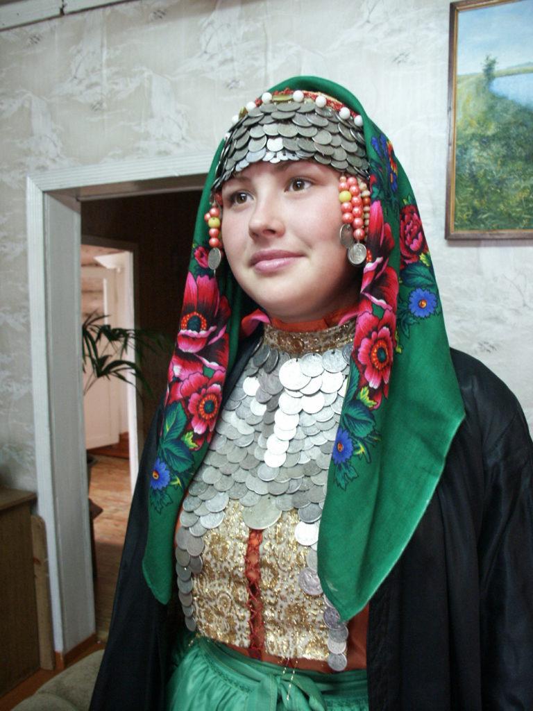 Morsiuspukuun pukeutunut nuori itämarilaisnainen Baškortostanista. Kuva Ildikó Lehtinen 2009.