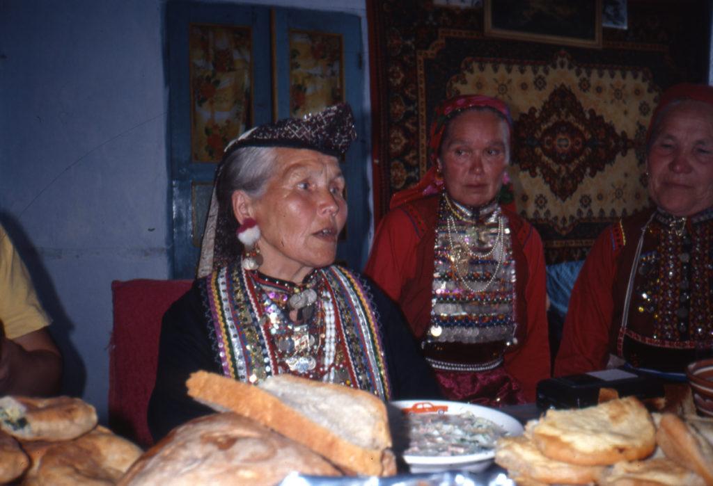 Uralin marien pukuun kuuluu helmin, rahoin, napein ja koristenauhoin koristeltu rintakoru. Kuva Ildikó Lehtinen 1997.