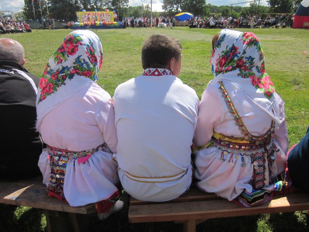 Marien puvut kertovat edelleen, mistä kävijä on kotoisin. Valkoisiin pukeutuneita niittymarilaisia Tatrstanin festivaaleilla 2015. Kuva Ildikó Lehtinen.