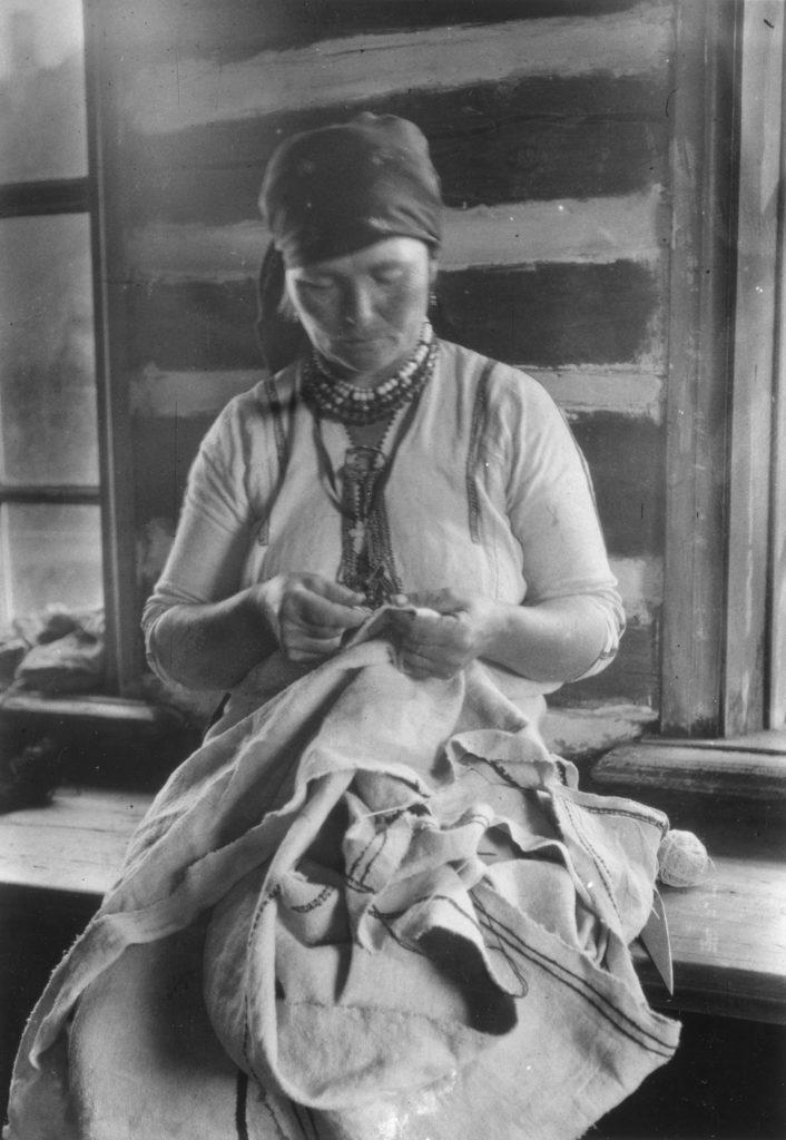 Ersämordvalainen nainen ompelemassa mekkoa. Kuva A.O. Väisänen 1913. Museovirasto.