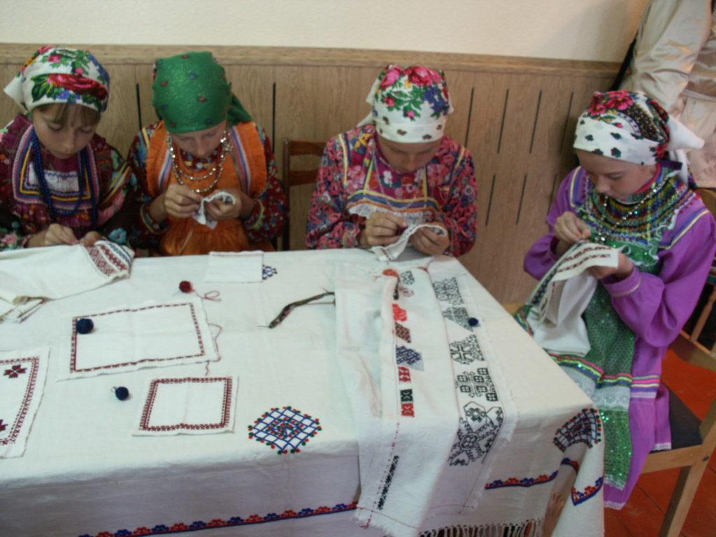 Nuoret tytöt oppivat kirjonnan eri tekniikoita Mokšamordvalaisessa perinnekeskuksessa. Kuva Ildikó Lehtinen 2005.