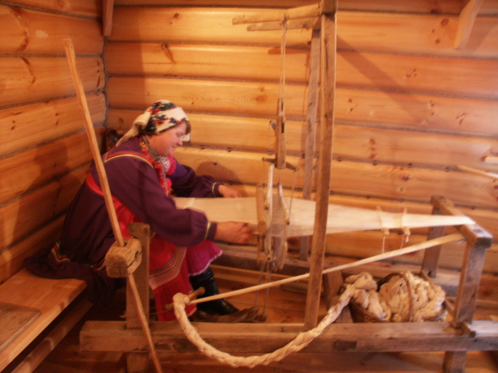 Mokšamordvalaisessa perinnekeskuksessa on tilaisuus kutoa kangaspuilla. Kuva Ildikó Lehtinen 2008.