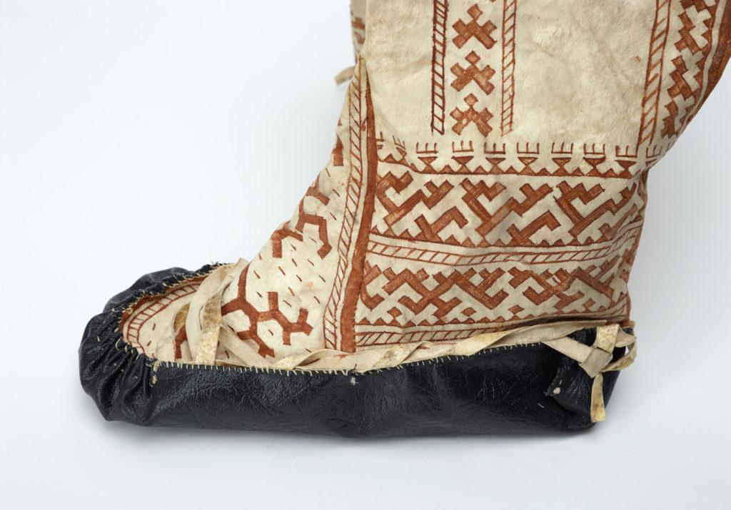 Hantinaisten kesäsaappaat on porosäämiskästä. Koristekuviot on tehty koivunkäävästä saadulla väriaineella. Suomen kansallismuseo.