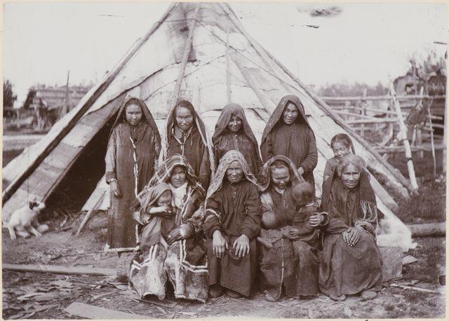 Mansinaisia Sygvajoen varrelta. Kuva U.T. Sirelius 1899-1900. Museovirasto.