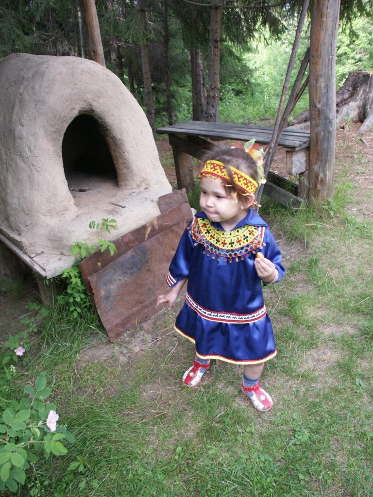 Pikkutyttö kansallispuvussa Torum maa -ulkomuseossa Hanty-Mansijskissa. Kuva Ildikó Lehtinen 2008.