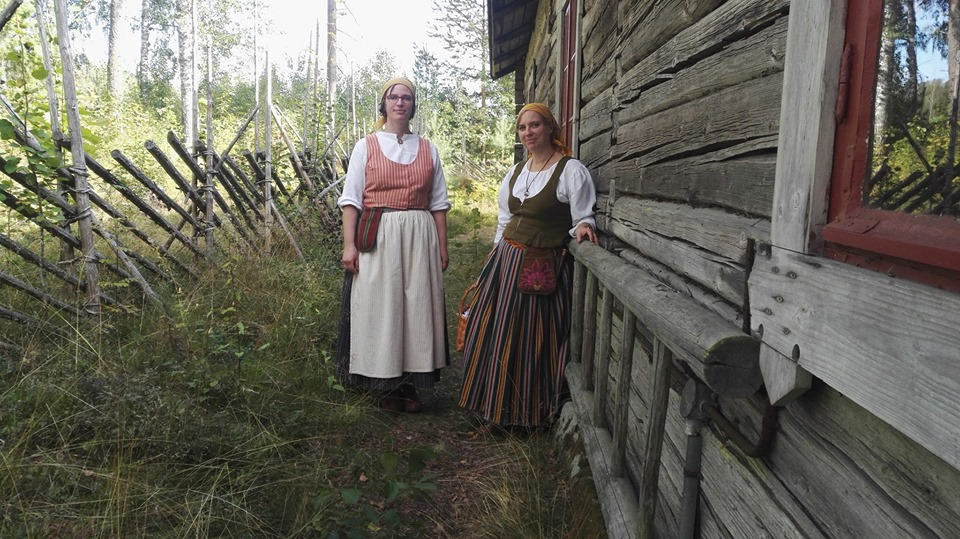 Kansanpukukurssi Tahmelan huvilalla Tampereella